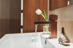 Uwielbiasz naturalne tworzywa w aranżacji wnętrz? Drewniane baterie łazienkowe z pewnością przypadną Ci do gustu!