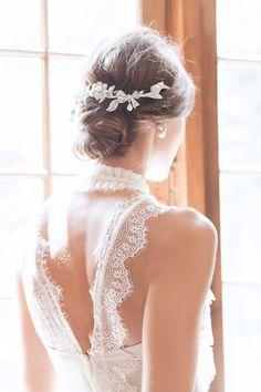 Decote em V nas costas do vestido de noiva branco em renda. Mariana Biasi se inspirou nas mulheres românticas e modernas, que sonham com a festa, seja noiva, madrinha, ou só convidada, mas com um budget limitado para o vestido. Os modelos para noivas são fluídos, delicados e românticos, com mix de rendas, babados, transparências e bordados, tudo na medida certa para realizar o sonho e desejo das noivas.