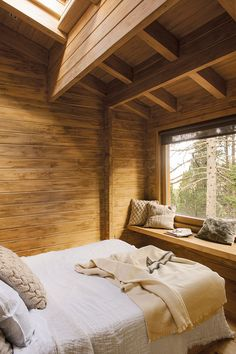 Dreamy rustic cabin in the middle of a Spanish forest - Cabane din lemn - Cabin Interiors, Rustic Interiors, Bed Design, House Design, Design Bedroom, Cabin Interior Design, Simple Interior, Wooden Cabins, Rustic Cabins