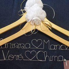 (1-3) Será que só a noiva precisa  de um cabide personalizado? 🙇🙎 Olhem essa encomenda... a vovó também ganhou um. 😍🎁 #aramedeideias #cabidepersonalizado #arame #casamento #vestidodenoiva #makingof