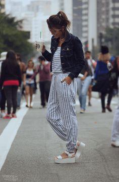 jumpsuit, stripes, macacão listrado, jaqueta jeans, denim jacket, flatform, melissa, starbucks // @walkingotstreet