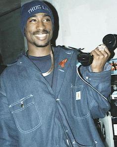Tupac love to prank you too. What a beautiful smile. Tupac Wallpaper, Rap Wallpaper, Tupac Shakur, Wiz Khalifa, Counting Stars, Lil Wayne, Kid Cudi, Tupac Art, Ropa Hip Hop
