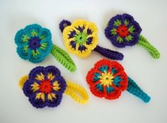 Free Pattern for an Easy #Crochet Flower Headband by Simply Collectible - Headband is separate so the flowers could be used to embellish bags, clips, headbands.