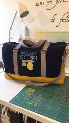 Sac weekend Boston cousu par lyli - Tissu(s) utilisé(s) : simili + toile+broderie ( alice broderie) - Patron Sacôtin : Boston