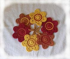 6 dessous de verres ou tasses forme fleurs réalisés en fil coton au crochet marron, rouge, jaune