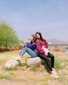 Yoojung & Mina (gugudan) Produce 101, South Korean Girls, Korean Girl Groups, Choi Yoojung, K Idols, Photo Cards, Korean Fashion, Rapper, Poses