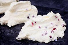 Når du lager smør av rømme blir smaken litt syrligere enn med fløte. Du kan også bruke creme fraiche, eller en blanding av både rømme og fløte. Rome
