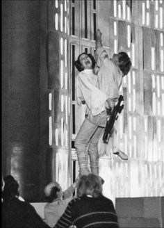 Peter Mayhew, otherwise sometimes known as the man behind Chewbacca, has released some pretty epic behind-the-scenes pics from Star Wars on his Twitte. Star Wars Film, Star Wars Episódio Iv, Star Wars Cast, Star Trek, Peter Mayhew, Mark Hamill, Chewbacca, Carrie Fisher, Harrison Ford
