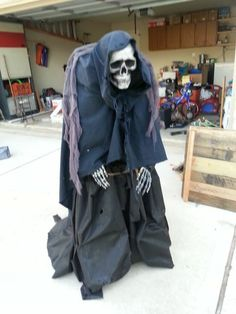 EZ Creep - HauntForum - Super simple DIY Halloween prop using a step stool, cheapy skull, and some cloth. Wonder if I could use the old broken chair instead of the stool? Last Halloween, Halloween Goodies, Creepy Halloween, Holidays Halloween, Halloween Party, Halloween Stuff, Halloween Scarecrow, Spooky Scary, Halloween Season