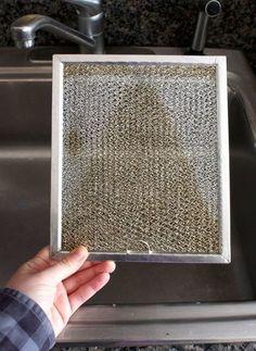 Le bicarbonate de soude fait des petits miracles en cuisine. Voici une technique efficace pour nettoyer le filtre de la hotte de poêle de votre cuisinière. Si il y a quelque chose que je déteste laver, c'est bien le filtre de ma hotte! Hahah! Avec ce
