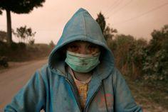 20170804  Un habitante de Karo, al norte de Sumatra, tras una erupción del volcán Sinabung. YT HARYONO REUTERS