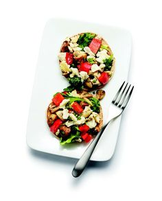 Sándwich Thins con Tofu salteado, pimiento rojo picado, champiñones y espinacas. Cubierto con mozzarella y oregano.