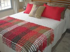tejidos a telar - Buscar con Google Loom Weaving, Hand Weaving, Textile Fiber Art, Weaving Textiles, Sewing Pillows, Woven Wall Hanging, Weaving Techniques, Home Bedroom, Blanket