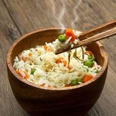 Vegetarian Fried Rice Could Adding More Vegetables ToYour Diet Reduce Your Overall Calories and help you reach ur goals? Vegetarian Fried Rice, Vegetarian Recipes, Healthy Recipes, Healthy Meals, Low Sugar Recipes, Rice Recipes, Restaurant Chinois Paris, Healthier Together, Clean Eating