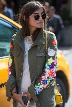 Juliana Salazar usando parka verde militar personalizada com aplicações de…