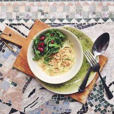 Zucchini noodles, zoodles, with creamy peanutbutter sauce // Zucchininudlar med krämig jordnötssås