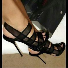 Never get enough of black heels♥