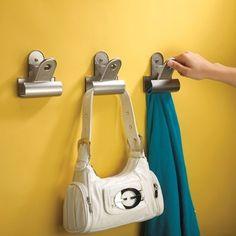O Cabideiro Clipper tem um design incrivél e diferente de todos os cabideiros que você já viu! Cada cabideiro de metal tem um formato de clipe, iguais as antigas pranchetas. Nostálgico e divertido! Use para pendurar toalhas, bolsas, roupas e casacos. Perfeito tanto para o banheiro, quarto ou hall de entrada.