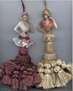 Bonecas com corpo de puxadores de cortina.