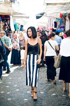 TOP PRETO DE ALCINHA Com saia listrada e sapatos metalizados, o resultado é fashion.