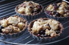 Kleine appeltaartjes met blauwe bessen, suikervrij, zuivelvrij, tarwevrij, glutenvrij en zonder ei! En niet te vergeten, heel erg lekker!! - tartelettes