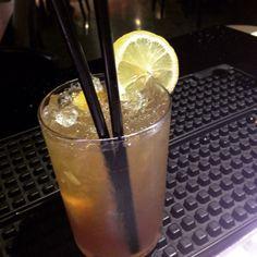 Un fresco analcolico: Limone pestato con bacche di cardamomo 1/3 Sciroppo allo zafferano Ghiaccio tritato 1 parte di succo di pompelmo 1 parte di The lipton al limone