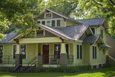 1940s craftsman bungalow. My favorite house in Hyde Park, Austin#classichydepark#austinneighborhoods#riemerresidential