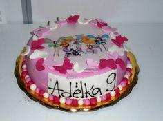 Dětský dortík obalený růžovým fondánem s obrázkem z jedlého papíru, dozdobený motýlky a cedulkou se jménem.