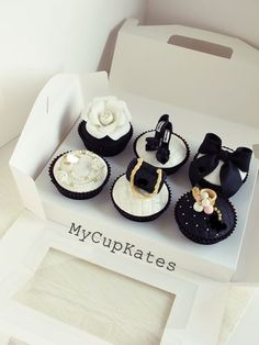 MyCupKates - Cakes, Cupcakes & Cookies: Bag & shoes Cupcakes These are the cutest! Fondant Cupcakes, Cute Cupcakes, Wedding Cupcakes, Cupcake Cookies, Cookies Bag, Thank You Cupcakes, Happy Birthday Cupcakes, Cupcakes Design, Cake Designs