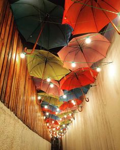 Um caminho iluminado  - essa ambientação ma-ra-vi-lho-sa fica no restaurante No quintal tinha um limoeiro e quem deu a dica de #colavisita foi a amiga @_maria_antonieta que está por lá e não pôde deixar de mandar o clique. Encantador! Ficam a dica e minha vontade de conhecer! #vailasp #vilamadalena #guardachuva #criatividade
