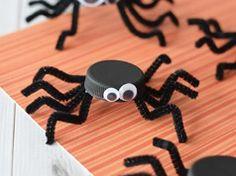 Arañas de tapones de botella en Manualidades y detalles para fiestas de bebes, niños y adultos