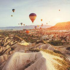 A 700km de #Istambul, na #Turquia, fica a #Capadócia, uma região histórica e fascinante que encanta viajantes do mundo todo. Venham ver de perto as chaminés de fada, fazer o clássico passeio de balão por paisagens deslumbrantes e conhecer as belezas da cultura turca. Aproveite o #DiadasMães para presentear a sua com Clube Smiles. Com ele, ela recebe milhas todo mês, aproveita este destino e muitos outros quando quiser! ✈️ É mais fácil viajar com a Smiles.
