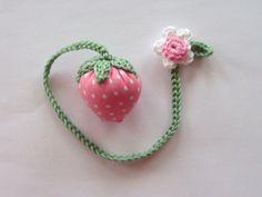 Lesezeichen mit Stoff-Erdbeere und Erdbeerblüte in rosa/weiß. Dieses Erdbeerlesezeichen ist  ein schönes Mitbringsel für kleine und große Leseratten