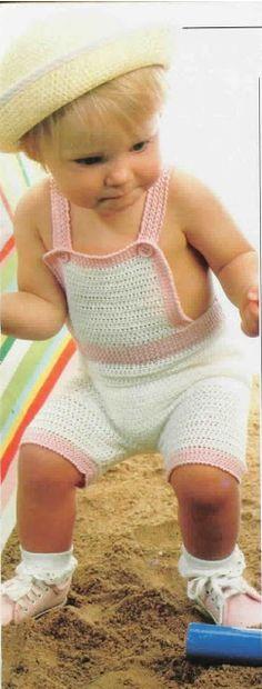 Crochet 'Bibbed Shorts' for infant … Free pattern ༺✿ƬⱤღ✿༻ Más Crochet Bib, Crochet Toddler, Baby Girl Crochet, Crochet Baby Clothes, Crochet For Boys, Crochet Books, Tunisian Crochet, Toddler Outfits, Baby Boy Outfits
