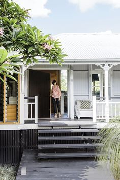 A Brisbane worker's cottage undergoes a spectacular extension and renovation, blending heritage, contemporary and natural styles. Beach Cottage Style, Cottage Style Homes, Beach House Decor, Weatherboard House, Queenslander, Interior Exterior, Exterior Colors, Cottage Extension, Front Stairs