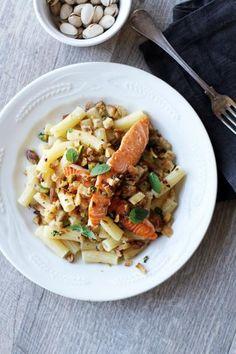 Paista ohuiksi viipaloitu lohifile rapeaksi pannulla. Keitä reilu annos pastaa ja ripottele päälle leipämuruista ja pistaasipähkinöistä paistettua murua, pangrattatoa.