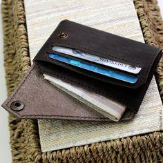 Сегодня мы расскажем вам, как сделать кожаный кошелёк из плотной кожи. Для того чтобы сделать кожаный кошелёк, вам понадобятся следующие инструменты и материалы: молоток, пробойник 2,5 мм, линейки, канцелярский нож, нитки, картон 0,5 мм, натуральная кожа 1,5-2 мм. Также потребуется оборудование: швейная машинка, станок для установки фурнитуры. Для того чтобы накроить материал, вам нужно построить лекало.