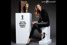 Um dos últimos compromissos profissionais de Gisele Bündchen antes das férias foi na final da Copa do Mundo no Brasil, quando a top foi escolhida pela FIFA para entrar no Maracanã levando o baú da Louis Vuitton com a taça dos campeões