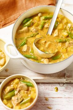 Dieses würzige thailändische Curry mit grünem Spargel schmeckt immer gut!