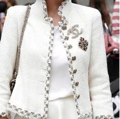 White tweed jacket and Chanel accessories Chanel Fashion, Love Fashion, High Fashion, Style Fashion, Fashion Trends, Chanel Couture, Moda Chanel, Chanel Style Jacket, Chanel Jacket Trims