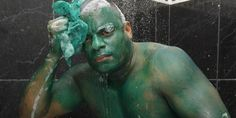 Paulo Henrique dos Santos tries to wash off the green color he used to look like the Incredible Hulk (© Fábio Guimarães/Agência O Globo)