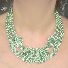 VENTA. Collar de nudo marinero verde té. Cuerda de seda.