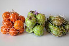 Haakpatroon Lichtgewicht Fruitnetje - Erg handig om een lichtgewicht fruitnetje bij je te hebben als je boodschappen gaat doen. Lees verder over het patroon Ravelry, Knitting Patterns, Crochet Patterns, Purl Bee, Produce Bags, Chrochet, Fibres, Diy Crochet, Crochet Bags