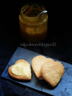 Heart Biscuit and lemon curd Valy Cake and...: Biscotti cuor di panna e lemon curd http://valycakeand.blogspot.it/2014/04/biscotti-cuor-di-panna-e-lemon-curd.html