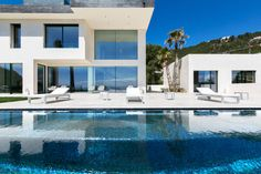 Eine moderne Villa auf dem Hügel, das ist wohl der Traum von vielen. Ein Traum, der bei dieser atemberaubenden Residenz, wo Funktionelles auf Großartiges trifft, wahr geworden ist. Seht selbst!