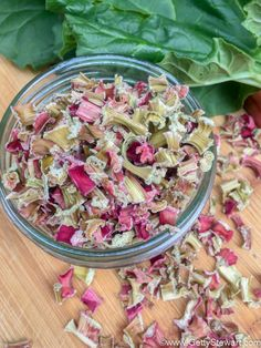How to dehydrate rhubarb along with tips on how to rehydrate it and how to use it. Recipe ideas include tea mix, muffins and more. Rhubarb Uses, Rhubarb Fruit, Freeze Rhubarb, Rhubarb Sauce, Fruit Tea Recipes, Rhubarb Recipes, Snack Recipes, Snacks, Great Recipes
