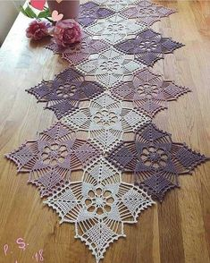 One of the most beautiful crochet works i have ever seen crochetfilet filetcrochet crochetlover crochet crochettablecenter… Not a doily fan bit this is a cute one, it's girly, must be the color Crochet Patterns Vintage crochet centerpiece composed of sq Filet Crochet, Crochet Doily Patterns, Crochet Squares, Thread Crochet, Crochet Designs, Crochet Stitches, Knitting Patterns, Crochet Home, Crochet Crafts