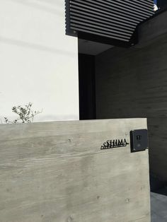 コンクリート擁壁にオシャレなステンレス表札