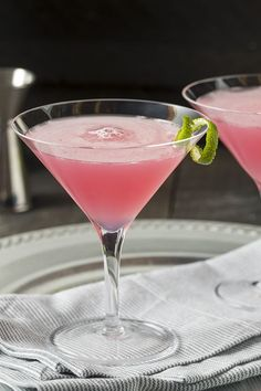 Since being launched to fame on Sex and the City, the Cosmopolitan has become the iconic drink for a girls night out. The good news? You can swap the vodka for gin and your Cosmo will take on a whole new level of flavour - and its SO easy to make at home! Gimlet Cocktail, Gin Gimlet, Rose Cocktail, Gin Fizz, Pink Gin Cocktails, Wine Cocktails, Cocktail Drinks, Fun Drinks, Beverages