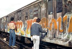 Top 12 Street Photographers Who Captured the Grit of New York in the and NYC Graffiti by Henry Chalfant Graffiti Photography, Street Art Photography, Graffiti History, Street Art Graffiti, Nyc Subway, Subway Art, Graffiti Drawing, Graffiti Lettering, Typography